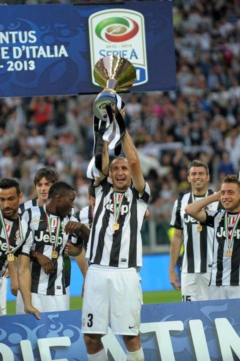 Giorgio Chiellini alza la coppa che vale lo scudetto numero 29 per la #Juventus