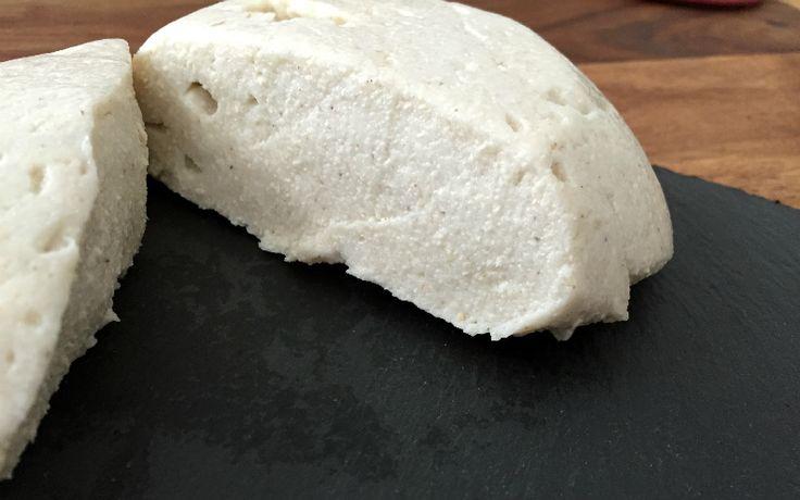 Flohzarella wird aus den ballaststoffreichen gemahlenen Flohsamenschalen, Cashewkernen, Zitronensaft und etwas Salz zubereitet.