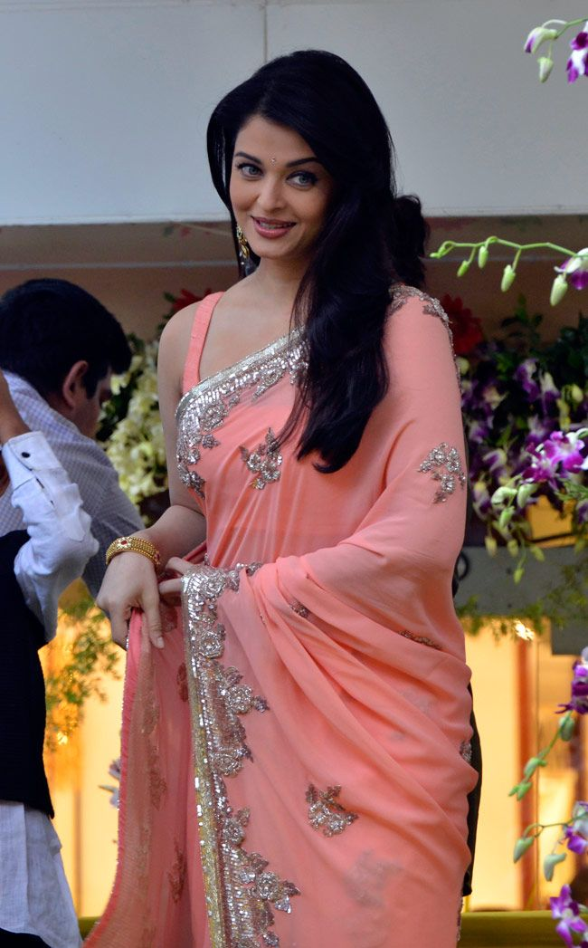 Aishwarya Rai Bachchan looks elegant at Kalyan Jewellers store launch in Mumbai. #Bollywood #Fashion #Style #Beauty