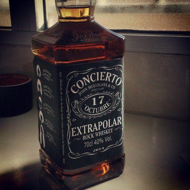 Posiblemente de los trabajos más chulos que me he planteado diseñar. Botella tributo a #JackDaniels con motivo del concierto de @extrapolarband #bottle #whiskey #rock #band #design #label #etiqueta #black #17 #octubre #extrapolar #vscocam #vsco