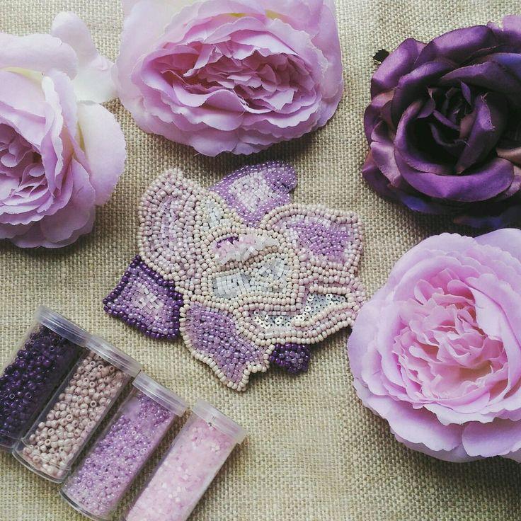 Купить или заказать Брошь 'Цветок' в интернет-магазине на Ярмарке Мастеров. Брошь вышивка стеклянным чешским бисером по…