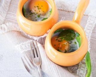 Oeuf cocotte aux pousses d'épinards et parmesan léger pour garder son bronzage : http://www.fourchette-et-bikini.fr/recettes/recettes-minceur/oeuf-cocotte-aux-pousses-depinards-et-parmesan-leger-pour-garder-son