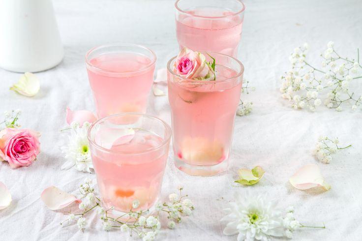 Je vous livre la recette pour faire un délicieux cocktail au litchi agrémenté de Prosecco et d'eau de rose.