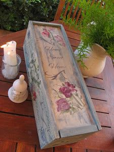 Una vez más Cllivia nos sorprende con su exquisito gusto para decorar cajas de madera con todo tipo técnicas, como esta de tonos azulados.