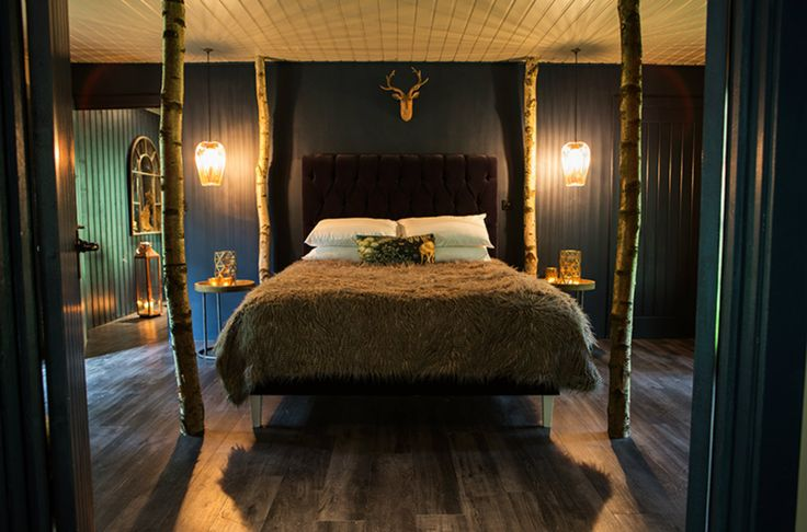 Prepare to be starstruck! This luxurious cabin comes with a shiny copper bathtub, private sauna, canopied BBQ deck and four poster bed