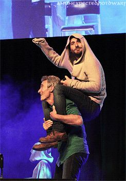 Jed Brophy and Dean O'Gorman goof around at a Hobbit convention. Ok their dorks!