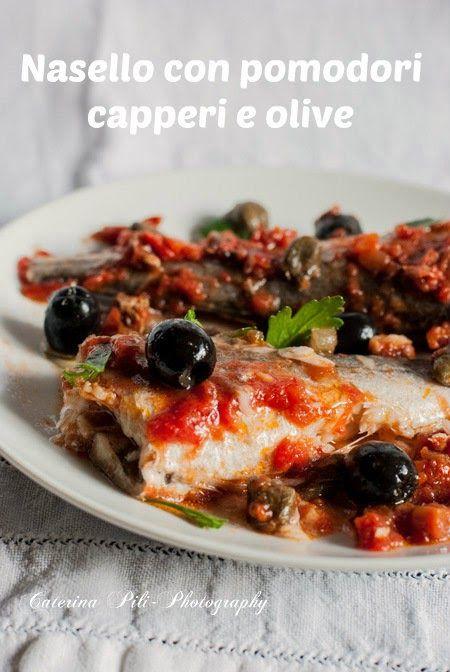 secondo piatto a base di pesce, nasello con pomodori capperi e olive nere