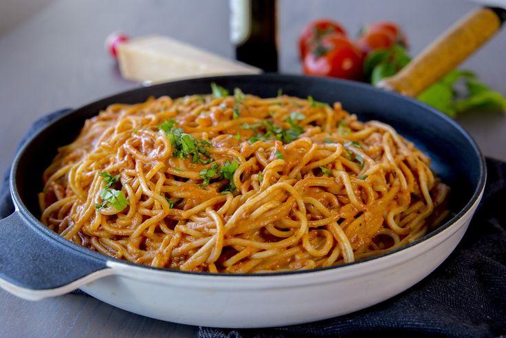 Superläcker rätt som du slänger ihop på nolltid. Spaghetti som blandas med enkrämig tomatsås. Du kan servera pastan som den är med riven parmesanost eller så kan du ha köttbullar eller något annat gott bredvid. Det är nästan exakt samma recept på denna krämiga pastan som finns HÄR! I recept nedan har jag bara skippat osten i såsen och valt spaghetti istället. 6 portioner 500 gspaghetti Tomatsåsen: 1 lök 2-3 vitlöksklyftor 2 pkt krossad tomat (ca 400 g styck, gärna finkrossad) 2-3 dl…