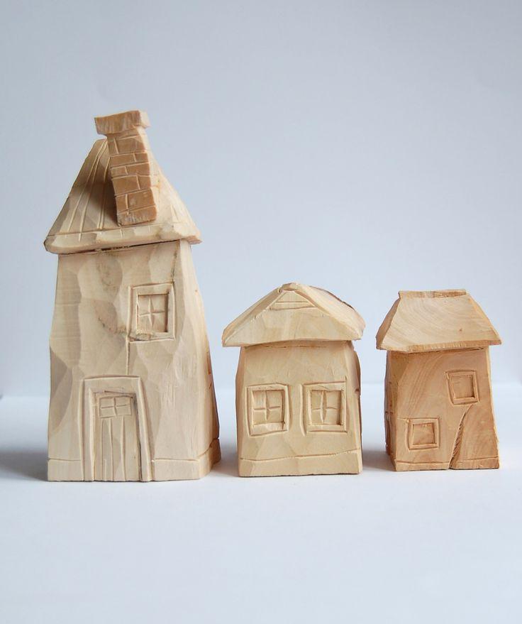 Vesničko má.. ....a máme tu domkobraní...taková málá mini vesnička,dřevěná lipová krásně voňavá... Tři domky jako sada (mini vesnička),použíti možno i na hraní k dřevěným vláčkům a různým dětským stavěním...nebo príma dekorace na okénko :-) Velikostně přiměřeně..velký domek má 14x5,střední domek má7,5x5,5a malý domek má 7x5 Foto:Eliška Hniličková