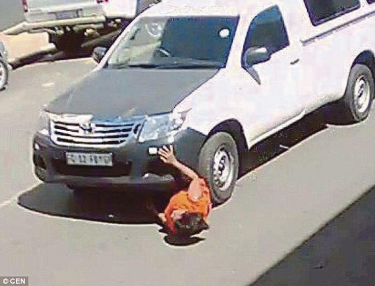 Masih panjang umur walau dilanggar lari dan diseret 18 meter bawah tayar kereta   Seorang wanita nyata masih panjang umur selepas dilanggar lari pemandu pikap yang turut mengheretnya sejauh lebih 18 meter di bawah tayar depan kenderaan terbabit.  Masih panjang umur walau dilanggar lari dan diseret 18 meter bawah tayar kereta  Rakaman kamera litar tertutup (CCTV) menunjukkan saat wanita itu dilanggar dan diheret ketika dia sedang melintas jalan yang sibuk di Johannesburg Afrika Selatan…