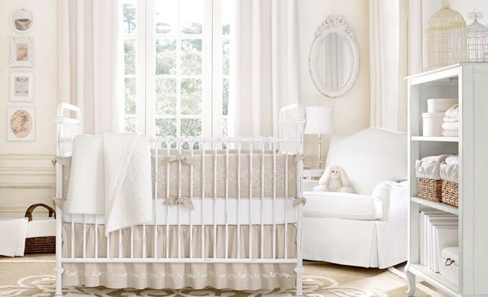 babybett kaufen helle wandfarbe wandspiegel weißer sessel