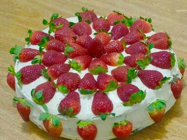 O Bolo de Morango Para Festas é fácil de fazer e fica delicioso. Faça porque ele será um sucesso em todas as suas comemorações! Veja Também:Bolo de Pêsseg