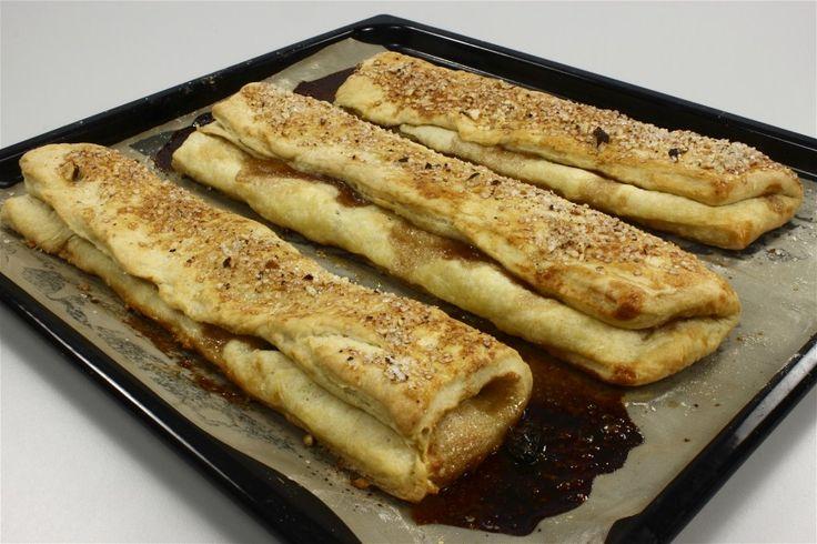 Vand, smuldret gær, salt, sukker, æg og blød margarine hældes i skål. Skal IKKE røres sammen! Skal stå 20-25 minutter og ulme. <BR> <BR> Melet tilsættes - hold lidt tilbage - og blandes til lind de