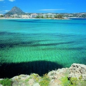 The busiest part of Javea is the Arenal … the sandy beach and its surrounding areas full of seaside restaurants, nightclubs and holiday apartments. During the summer months the arenal in Javea is literally busy 24/7 with the first bars opening before the last ones close