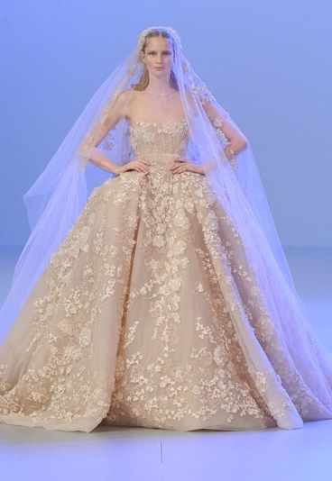 Abiti da sposa alta moda primavera 2014   Elie Saab  L'abito, di tulle e organza, senza spalline, è adatto a tutte coloro che non vogliono rinunciare a sentirsi una principessa d'altri tempi nel giorno delle nozze.