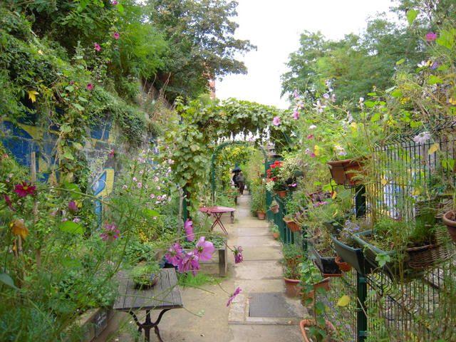 Quelques petits jardins secrets, à Montmartre, très protégés, sont peu accessibles ou méconnus. Nous vous proposons une petite visite en images pour vous dévoiler ces petits coins cachés de Paris.   …