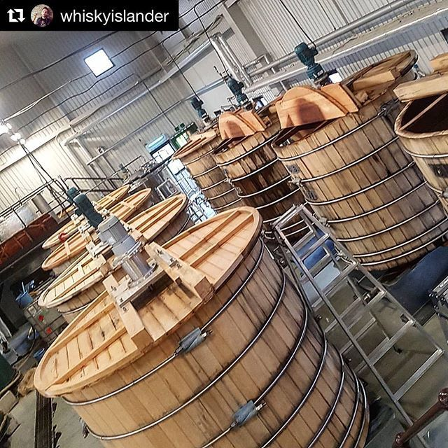 Müthiş viskiler sunan Japon damıtımevi Chichibu'nun Japon Mizunara meşesinden yapılmış fermentasyon tanklarıArpa suyunun mayayla buluştuğu ve alkolün (distillers beer) ilk olarak ortaya çıktığı bu tanklar için İskoçya'da genellikle çam ağacı veya paslanmaz çelik kullanılıyor #viskibilgileri #mizunara  #Repost @whiskyislander with @get_repost  秩父蒸留所のミズナラタンクス. Mizunara washbacks at the Chichibu distillery.  The yeast found in these tanks along with the Japanese mizunara oak are said to greatly…