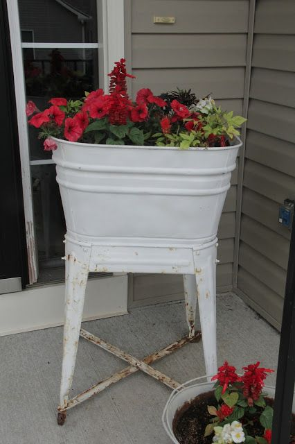 Decor Fun | Handmade in the Heartland: Decor FunFarmhouse Decor, Flowers Gardens, Farmhouse Outdoor Decor, Wash Tubs Gardens, Outdoors Gardens, Climbing Rose, Vintage Wash Tubs, Flower Planters Looks, Decor Fun