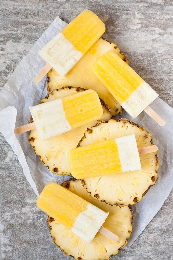 Ananas-Joghurt Popsicles aus drei Zutaten. Dieses gesunde Eis am Stiel ist im Sommer der absolute Renner. Extrafruchtig, cremig und erfrischend. Beliebt bei Groß und Klein - kochkarussell.com