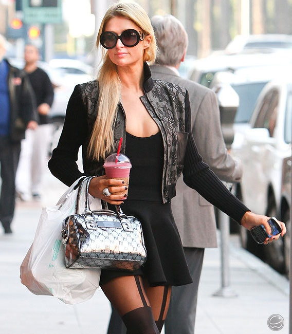 Paris Hilton desfila com seu belo óculos Prada #oculos #prada #parishilton #oculosprada #paris