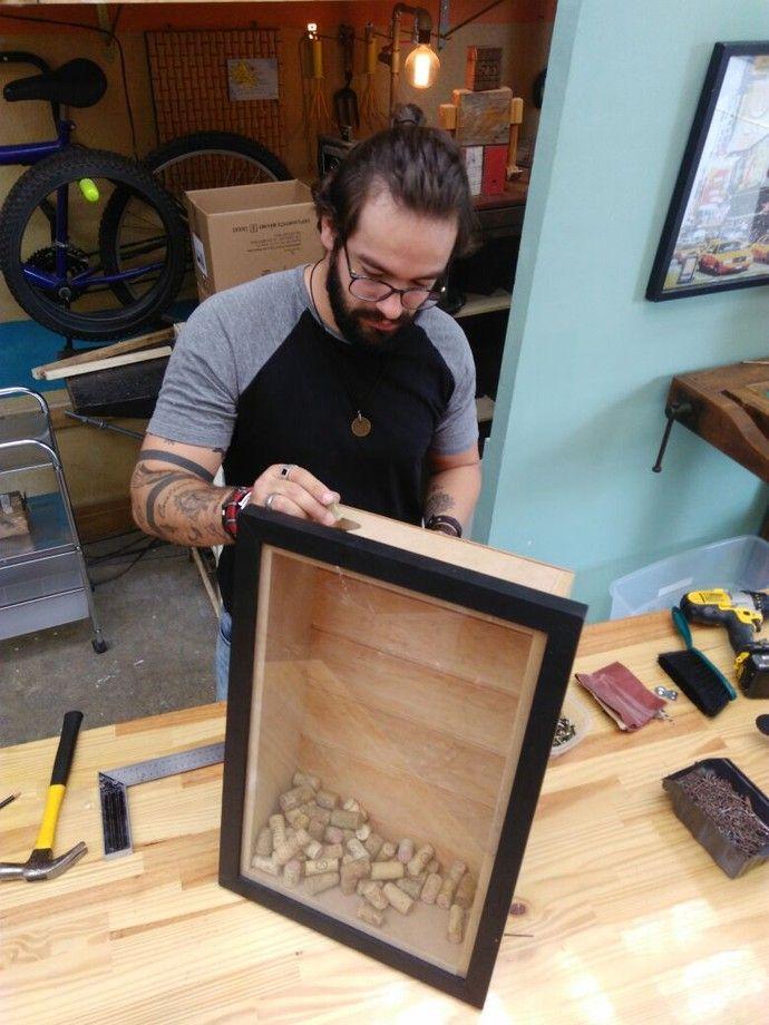 Aprenda a fazer quadro de rolhas ou tampas para guardar sua coleção em casa. Como fazer Guarda Rolhas em quadro. Faça você mesmo em casa Quadro de Rolhas e tampinhas