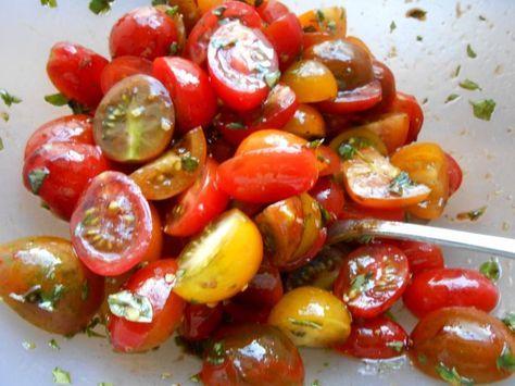 Das perfekte Tomatensalat à la Jamie Oliver-Rezept mit Bild und einfacher Schritt-für-Schritt-Anleitung: Die Tomaten waschen und trocken tupfen. Kleinere…