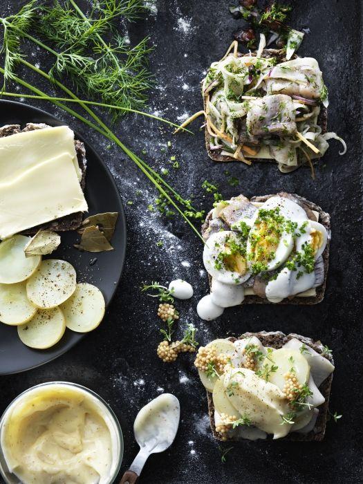 Canapè con aringhe con carota, cipolla, finocchio e aneto, aringhe con uova, erba cipollina e panna acida e aringhe alla senape, patate e maionese. Scopri come preparare le #ricette sul nostro sito. #ricettesvedesi