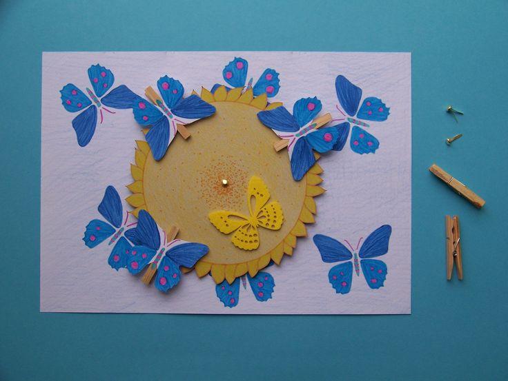 #Louka plná motýlů. Točící #kruh z #pizza kartonu. Motýli na kolíčcích. * #paper #ladylu #kids #creative #blue #yellow #flower #butterfly #motyl #kolicek #deti #tvoreni #papir #modra #recyklace #kresba