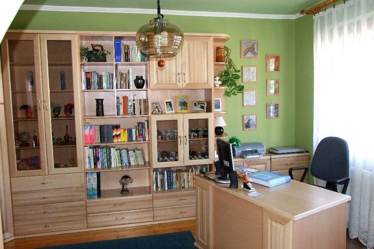 Magdi Bútor  Ezt a masszív, tömör bükkfából, natúr színben kivitelezett nappali- és irodabútort úgy terveztük meg, hogy tulajdonosa egyformán komfortosnak, otthonosnak érezze mindkét teret. Az irodát a hatékonyságra terveztük, de mindössze 2 lépés, és vérbeli otthoni bútorok és kedves családi képek pihentetik a keményen dolgozót.