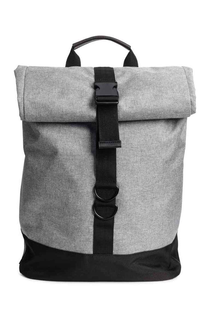 Mochila 34,99 € H&M/ Ésta es exclusiva online, no ésta pero una tipo sobre, gris o negra, con un solo bolsillo grande y si acaso algunos pequeños