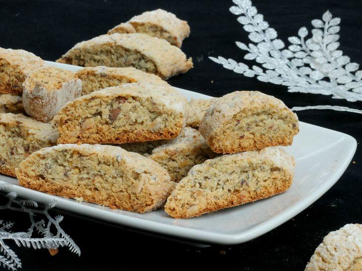 I tozzetti alle nocciole sono biscotti secchi simili ai cantucci ma preparati con nocciole tostate tritate nell'impasto al posto delle mandorle.