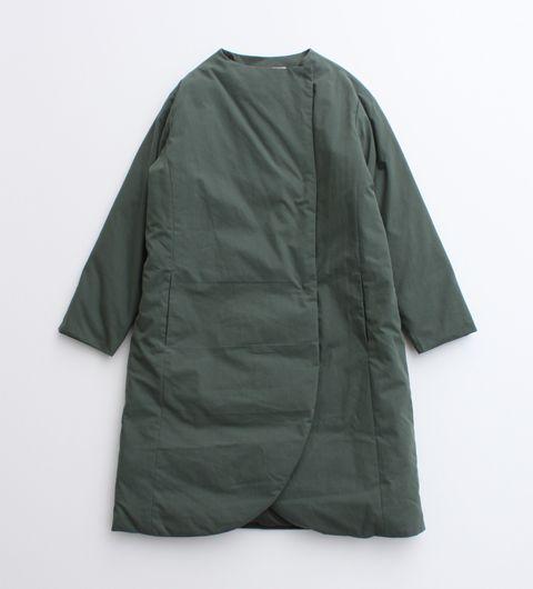ライトな着心地のダウンコートが登場。<br> もこっとしてしまいがちなダウンコートですが、<br>腰がすっぽり隠れる程よい長さや、 ボリュームを抑えたダウンとポリエステルのさらりとした素材感で<br> 全体的にすっきりとしたシルエットに仕上がりました。<br> ストールやマフラーの巻きやすいノーカラーの首元のデザインが、女性らしい印象の一枚です。 ※ モデル着用は、クロです。