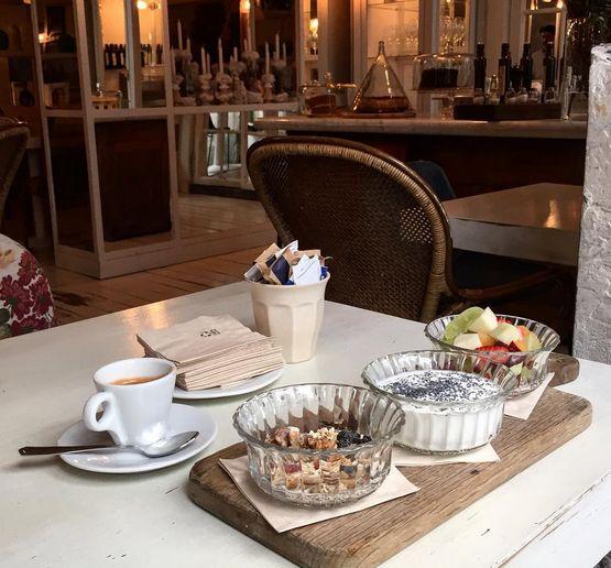 Ispanyollarin her sabah yedigi #pancontomate yi sizlerle sonra paylasacagim bugun ise sunumlariyla meshur Dray Martini'deyim. Sizinde en sevdiginiz ogun kahvaltiysa ugramanizi siddetle tavsiye ederim. Sirin dekorasyonu bir daha gormek ve sanat eseri gibi sergilenen pasta ve kekleri denemek icin benim tekrar gelecegim kesin! #draymartina #madrid #yogurt #desayuno #breakfast #kahvalti #beffgourmet