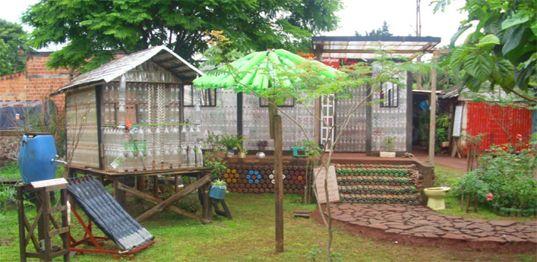 Casa de botellas de plastico recicladas Alfredo Santa Cruz ha construido esta casa en Puerto Iguazú, Misiones (Argentina) para promover la responsabilidad ecológica y social. Toda la casa está diseñada con estructuras portátiles.