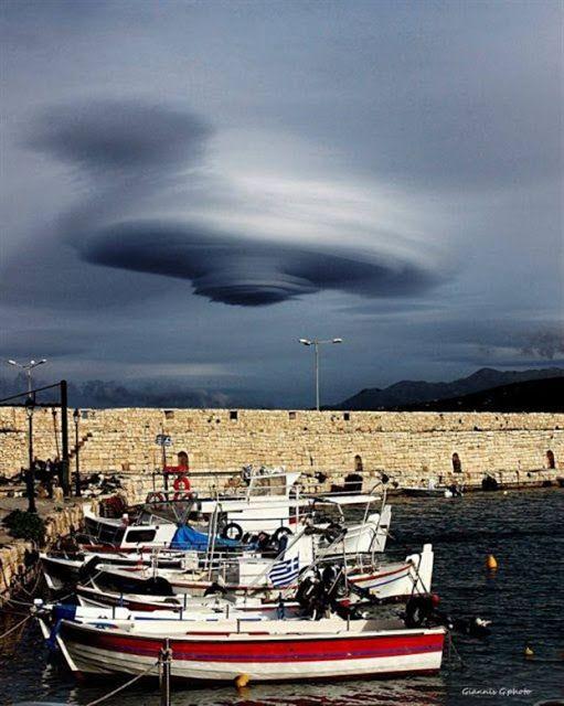 Μία εκπληκτική εικόνα κατέγραψε ο φωτογραφικός φακός του Γιάννη Γκίκα στον ουρανό της Κρήτης. Πρόκειτα για ένα φακοειδές νέφος που σχηματίσ...