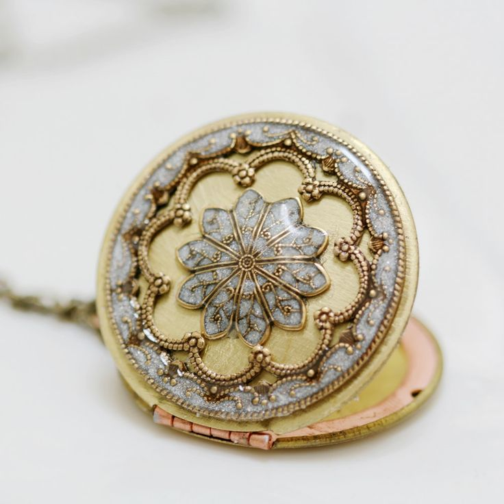 A little obsessed with vintage lockets. Someday I'm going to splurge on one!