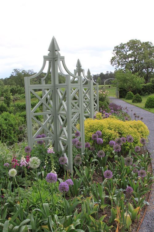 Love the tall garden structures among the plants. This would look so nice in a white/green border.
