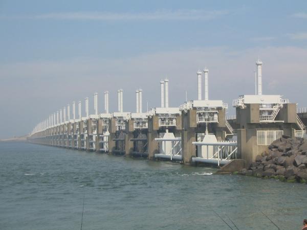 På tur hvor deler av Nederland låg under vann i 1953. Arbeidet etter for å lage sikre barrierer er nå en del av veien