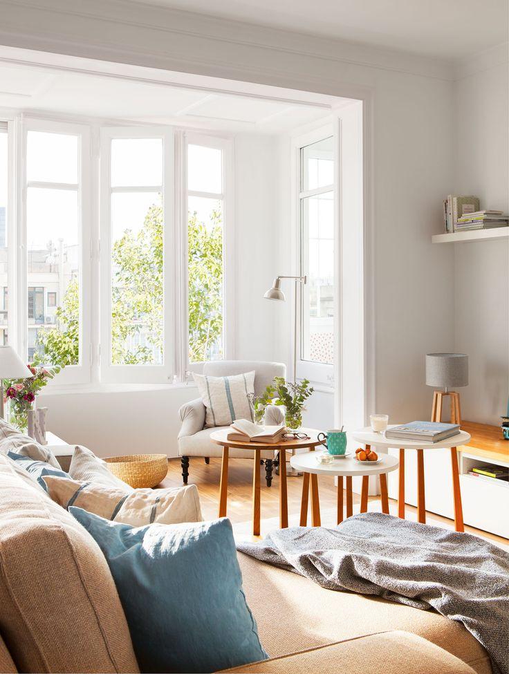 Hacia la ventana Mueble de televisor de la serie Besta con sobre Karlsby, de Ikea. Butaca y lámpara de pie de Cado. Alfombra de Basarabian.