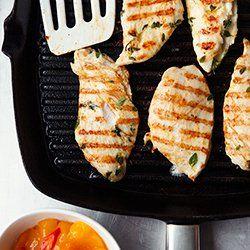 Grillowane filety z kurczaka z chutney z mango z kaszą jaglaną i sałatą | Kwestia Smaku