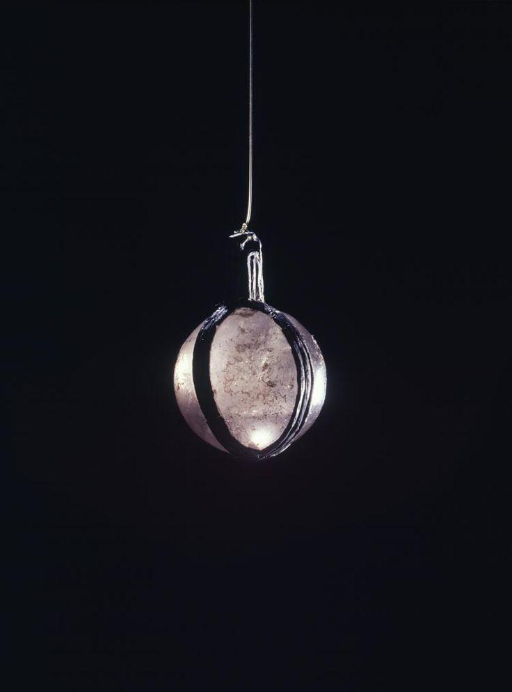 amulet, bergkristallen bol gevat in zilveren banden