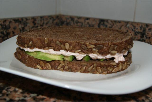 sándwich de aguacate y salmón
