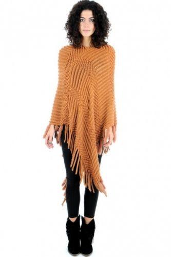 Lang strikket poncho i brun-orange farge. Ponchoen er lang og har lange dekorative dusker langs kanten.