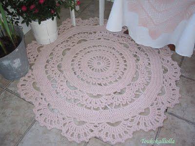Crocheted doily rug for the hallway | Toukokalliolla: Virkattu matto kuistille