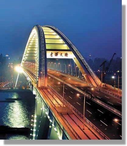 Die Lu-Pu Brücke über den Huangpu-Fluss im Luwan-Distrikt im Zentrum von Shanghai, VR China war mit einer Bogenspannweite von 550 m bis zur Fertigstellung der Chaotianmen-Yangtse-Brücke in Chongqing zum Ende des Jahres 2008 (Eröffnung am 29. April 2009) die weltweit größte Bogenbrücke. Der Bogenscheitel hat eine Höhe von 100 m über dem Wasserspiegel.