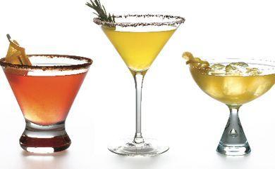Cosa serve per cocktail perfetti  A seconda de tipo di festa e dell'età degli ospiti, potete optare per cocktail alcolici o no. Di qualunque tipo siano vi suggeriamo si badare anche a tre cose in particolare: la scelta dei bicchieri, della decorazione di ogni cocktail, e dell'attrezzatura da barman casalingo, che servirà a rendere migliore la bevanda. Per quanto riguarda i bicchieri, per i cocktail con ghiaccio o con frutta preferite il tumbler, il bicchiere alto e cilindrico, che contiene c