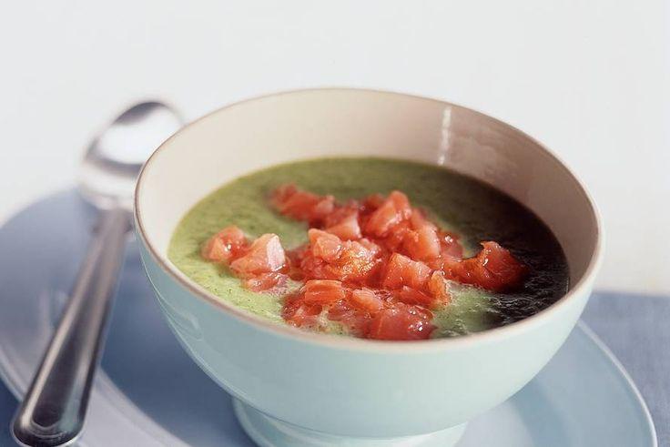 Romige broccolisoep met zalm. Ook 1 aardappel in stukjes erbij doen. En dit kan ook met kippenbouillon + crème fraiche