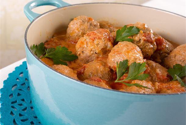 Lihapullat tomaattikastikeella on helppoa ja herkullista arkiruokaa koko perheelle. http://www.valio.fi/reseptit/lihapullat-tomaattikastikkeessa/ #resepti #ruoka