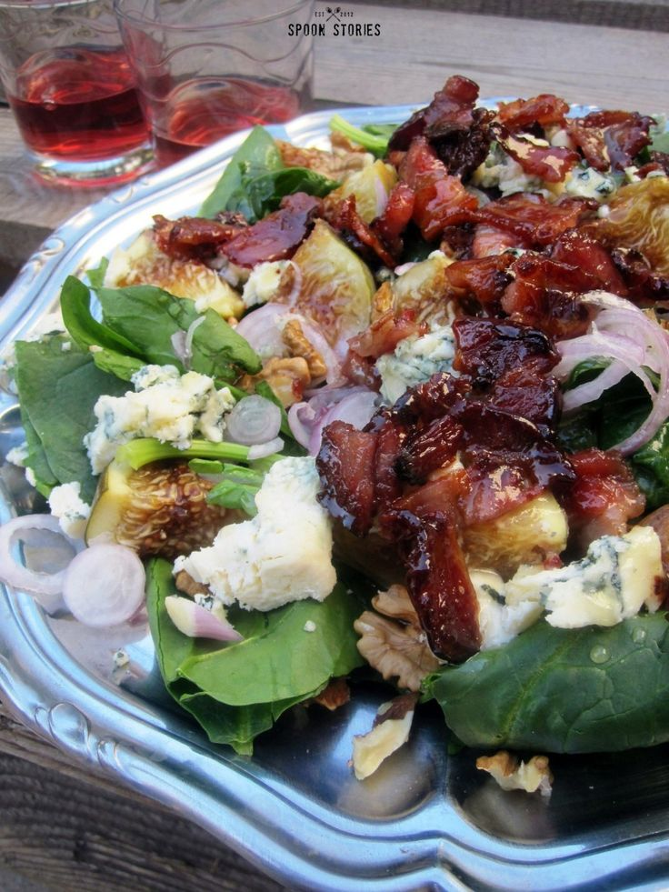 σαλάτα με φρέσκο σύκο, μπλε τυρί και καρύδια με ζεστή σάλτσα μπέικον - Fig, blue  cheese and walnut salad with bacon dressing