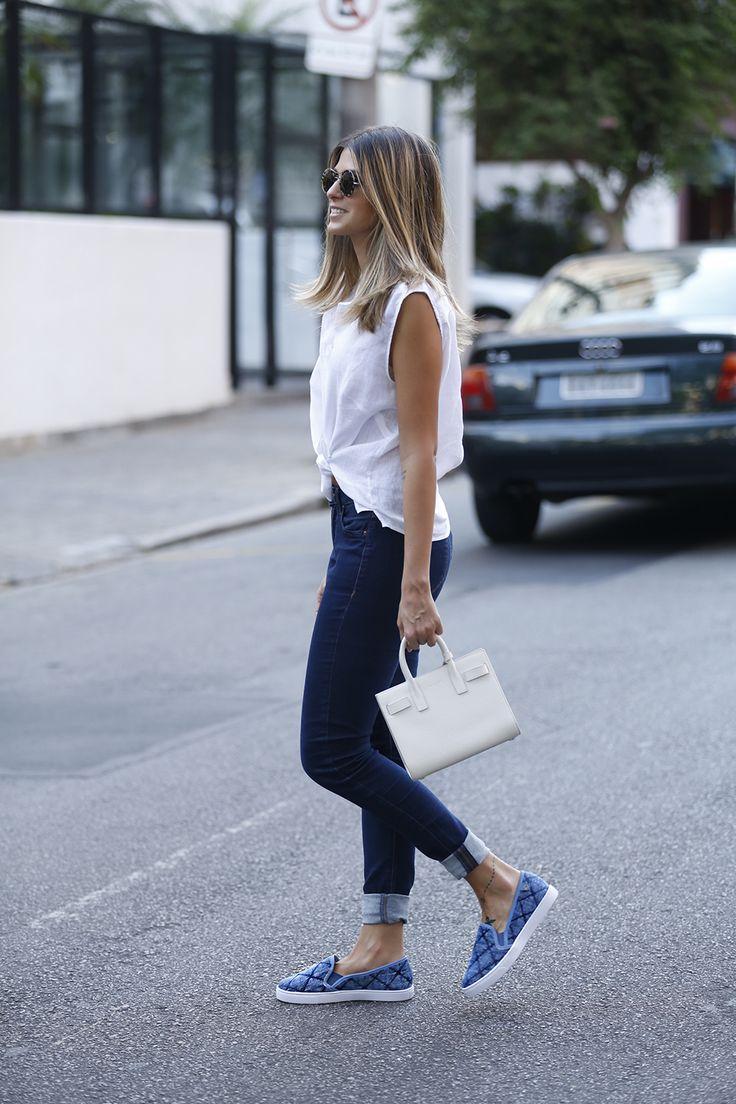 Look básico e estiloso: jeans com barra dobrada, camisa com nozinho, slipper azul e bolsa Saint Laurent mini branca. Adorei a produção da Anna Fasano